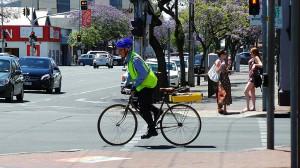 Radfahrer mit Helm und Warnweste
