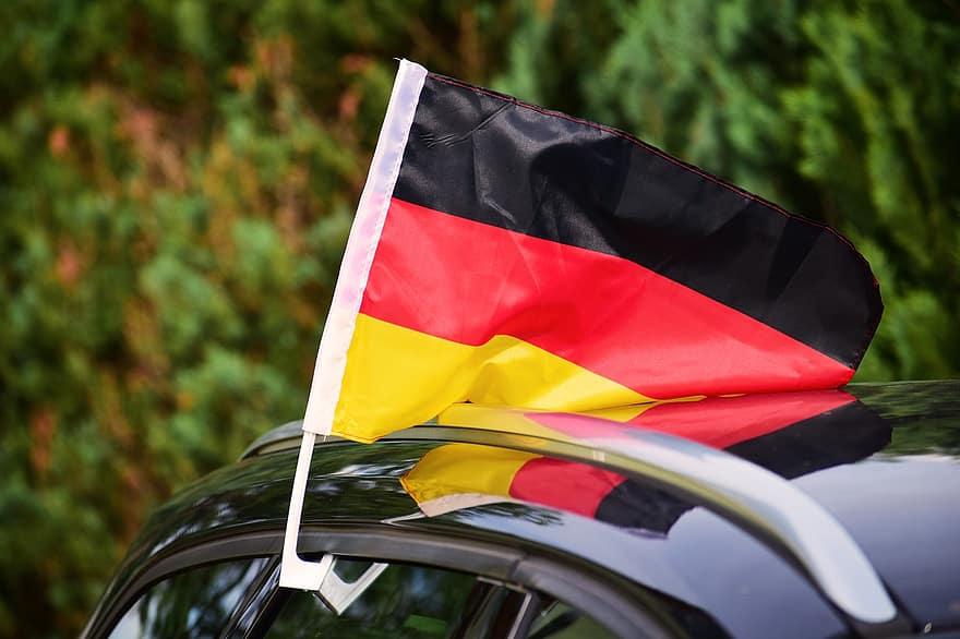 Deutschland-Fahne am Auto